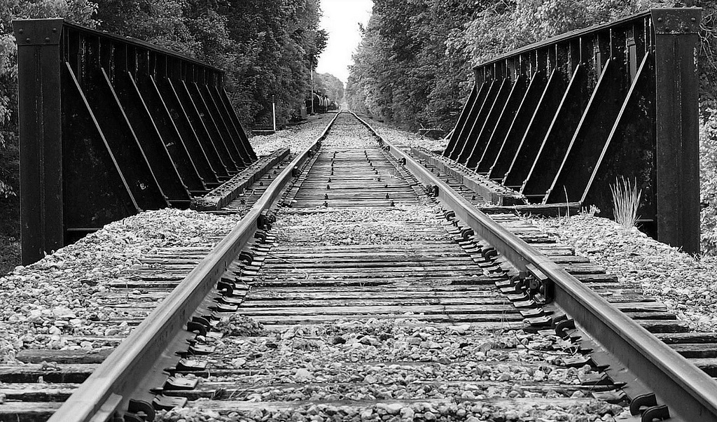 The railroad runs through Como, Mississippi about 100 yards from RL's house.  Here's a shot of the tracks looking south just before they get to Como.